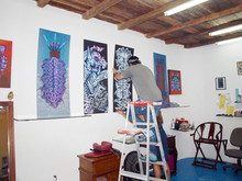 hanging the expo en Playa